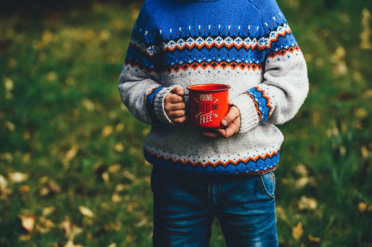Chłopiec trzymający kubek