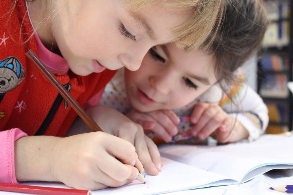 Dzieci rysują kredkami