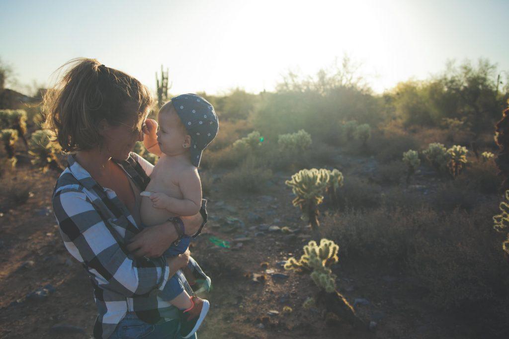Mama trzyma dziecko na rękach